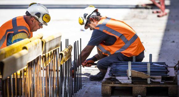 Als bouwvakkers de 'social distancing' respecteren, kunnen ze aan het werk blijven.