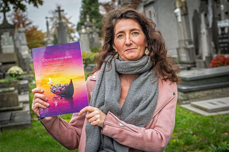 Mieke Deltomme met haar 'Dicht-bij-me-boek'