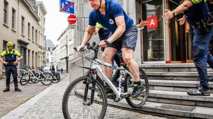 Bart De Wever (N-VA) en dochter Liesbet springen politiefiets op ter ere van twintig jaar fietspolitie in Antwerpen