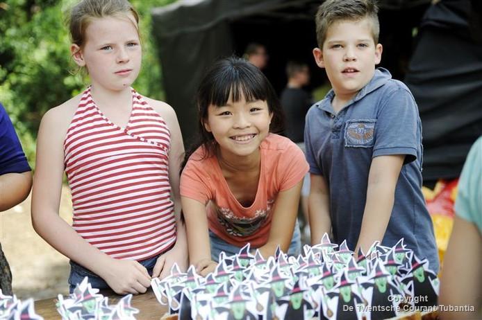 Kinderen hebben eierkoeken versierd met heksjes in het magische thema van de vakantiespelweek