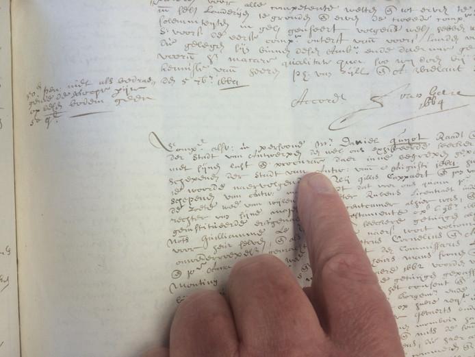 Een van de vrijwilligers van het Hulster archief leest een oude tekst.
