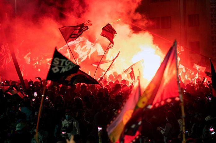 Chilenen in Santiago vieren feest vanwege de uitslag van het referendum.