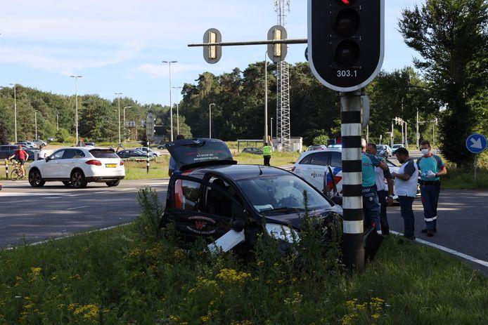 Vooral de kleinere auto is zwaar gehavend door het ongeluk op de kruising van de Apeldoornse- en de Europaweg in Arnhem.