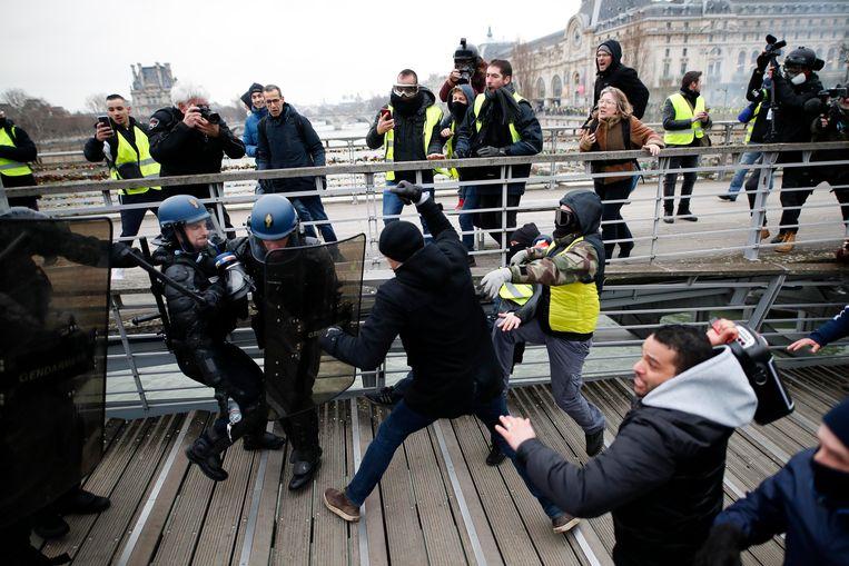 De professionele bokser Christophe Dettinger slaat agenten tijdens protest van Franse 'gele hesjes'.