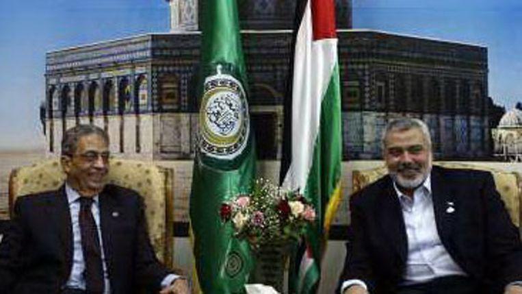 Amr Moussa, links, en de premier van Gaza, Ismail Haniyeh, voor een foto van de al-Aqsa-moskee. (AP) Beeld