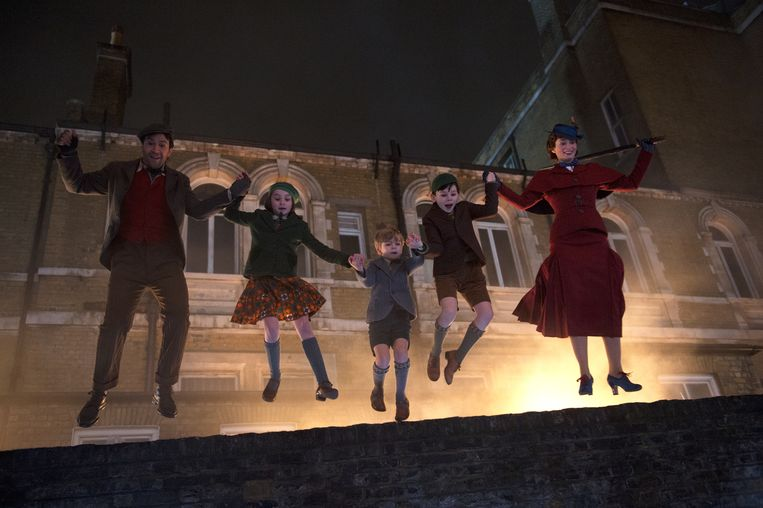 Lin-Manuel Miranda als Jack, Pixie Davies als Annabel, Joel Dawson als Georgie, Nathanael Saleh als John  en Emily Blunt als Mary Poppins in Mary Poppins Returns. Beeld Disney