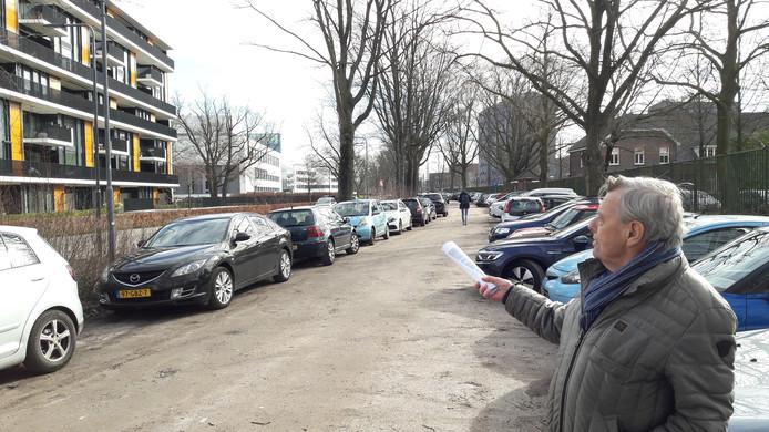 Bernard Ouwerkerk, woordvoerder van de bewoners van de links op de foto gelegen serviceflat Vredenbergh aan de Lovensdijkstraat, wijst op de parkeerdruk. Mantelzorgers en familie van bewoners kunnen er met de auto niet terecht.