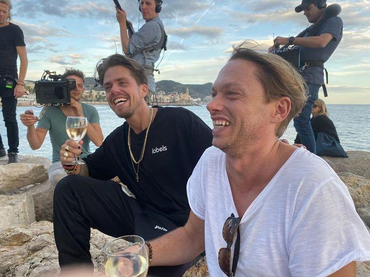 """En of het er gemoedelijk aan toeging in Spanje. """"Heerlijk hier!"""", schreef Regi bij deze Instagramfoto met André Hazes."""