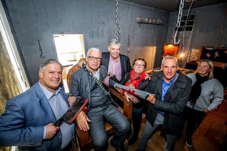 De griezelsfeer doet gekke dingen met een mens: schepen Jan Morbee hangt de beul uit bij collega Piet De Groote.