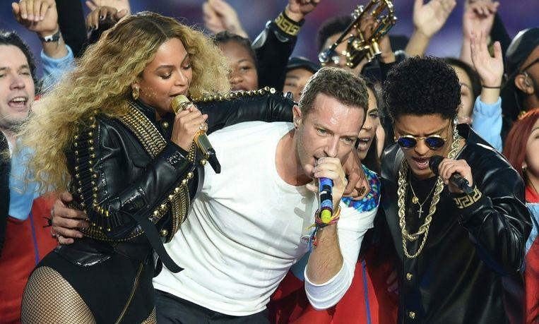 Beyoncé slaat haar arm om Chris Martin, zanger van de band Coldplay. Beeld afp