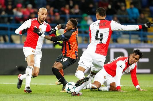Fred namens FK Sjachtar Donetsk in de mangel bij drie Feyenoorders: Karim El Ahmadi, Jeremiah St. Juste en Renato Tapia (vlnr).