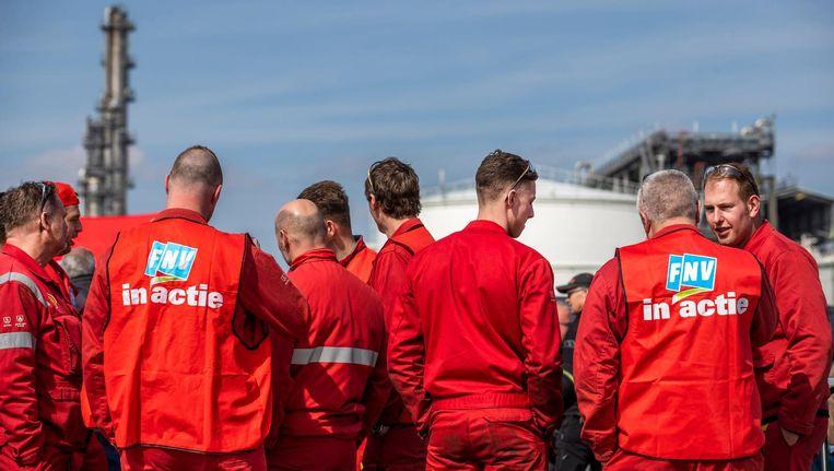 Medewerkers van Shell tijdens een manifestatie voor de raffinaderij in Moerdijk. Beeld anp