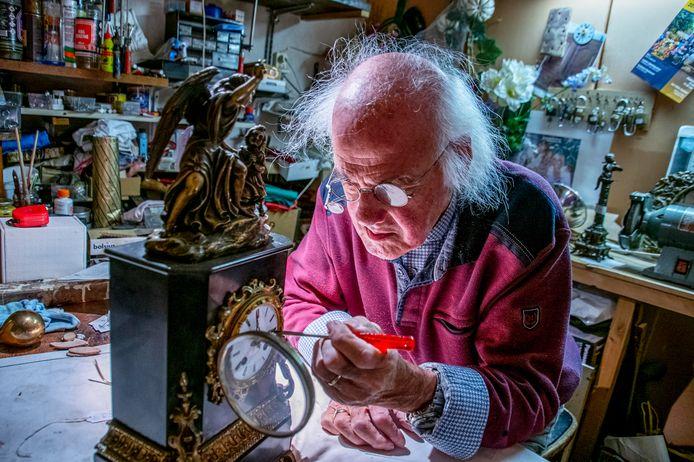 """Nu Piet Philipsen bijna 87 is, staat hij nog altijd in de laatste antieke klokkenwinkel van Tilburg. ,,Als je die klokken ziet, denk je: hoe kwamen ze er bij om die zo te maken?"""""""