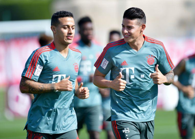 Thiago Alcantara en James Rodriguez (r) op winterstage met Bayern in Doha.