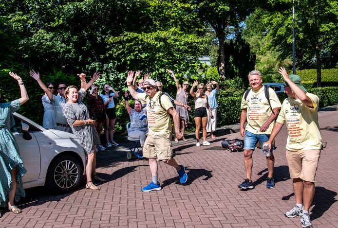 Terry van den Berg, Jeroen 't Hart en Bram Beurskens (vlnr.) begonnen woensdagochtend aan hun wandeling naar Den Haag waar ze een petitie aan de minister willen aanbieden. Ze hopen dat daarmee meer steun komt voor kleine ondernemers in de reisbranche.