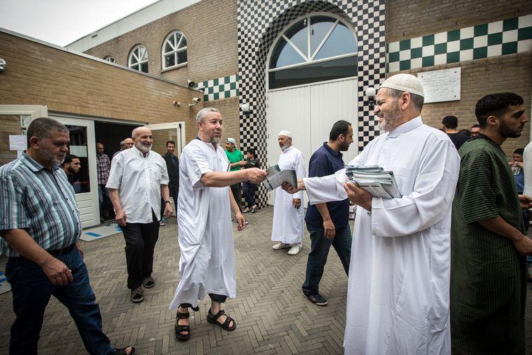 Het vrijdaggebed in de moskee van Breda is afgelopen. De anti-islamitische reflex heeft in Nederland diepe wortels, volgens Peter van Dam. Beeld Maikel Samuels