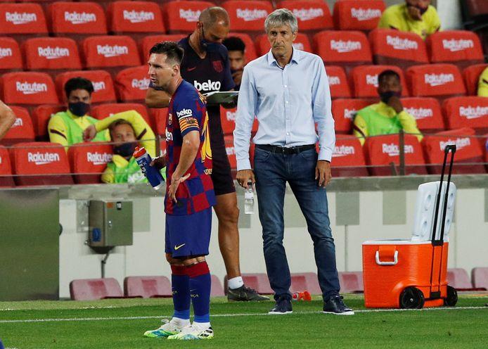Lionel Messi kijkt weg van Quique Setién.