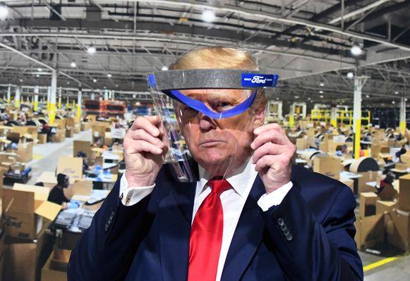 Donald Trump kreeg van Ford een plexi-gezichtsmasker overhandigd. Hij toonde het masker aan fotografen, maar er zijn geen foto's waarop te zien is dat hij gezichtsmasker effectief draagt.