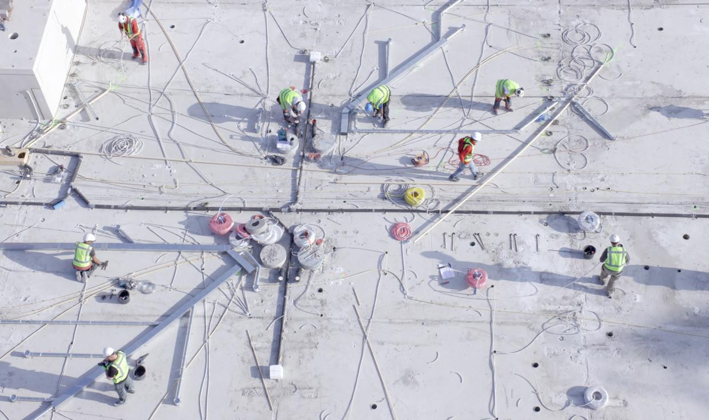 Bouwvakkers in actie bij de constructie van de Cobana, een appartementencomplex op Katendrecht.  Beeld