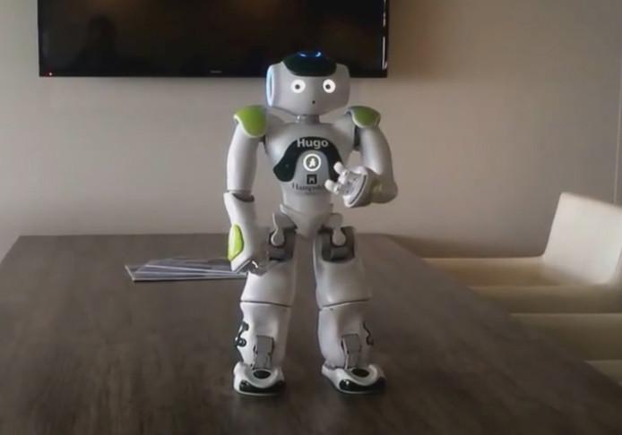 Robot Hugo beantwoordt vragen van gasten in het Hampshire Hotel Churchill in Terneuzen.