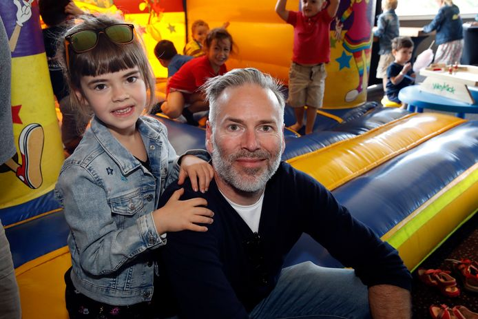 """""""Het leuke aan Toy Story is dat het generatie op generatie weet te boeien"""", aldus Steve Geerts op stap met dochtertje Ava. De acteur verleent zijn stem aan stuntman Duke Caboom."""