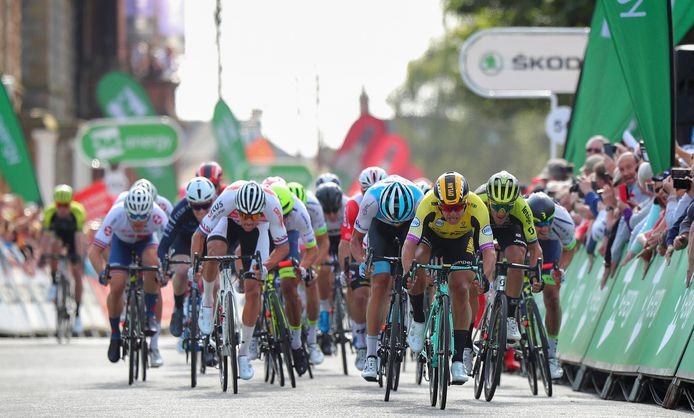Mathieu van der Poel (links) en Dylan Groenewegen (rechts) komen elkaar tegen.