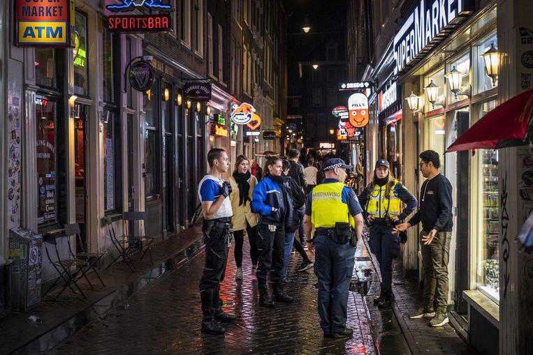Handhaving rondt het wallengebied in Amsterdam. Beeld ANP