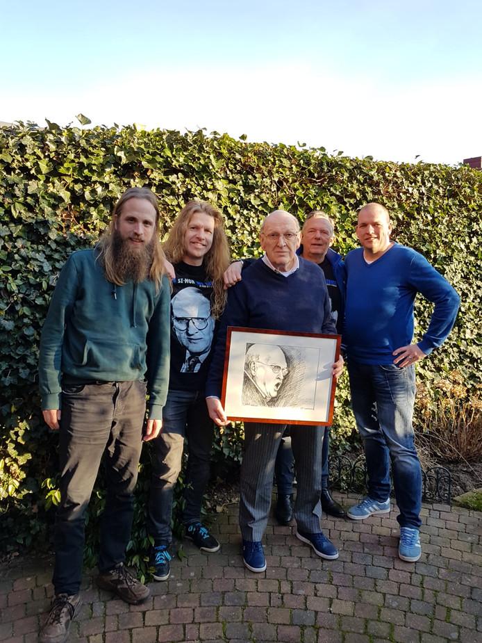 Simon Kistemaker met de fans Maarten Hagelstein, Frank Seggelinck, Hans Boesberg en Jan Eggink, die hem afgelopen zaterdag bezochten