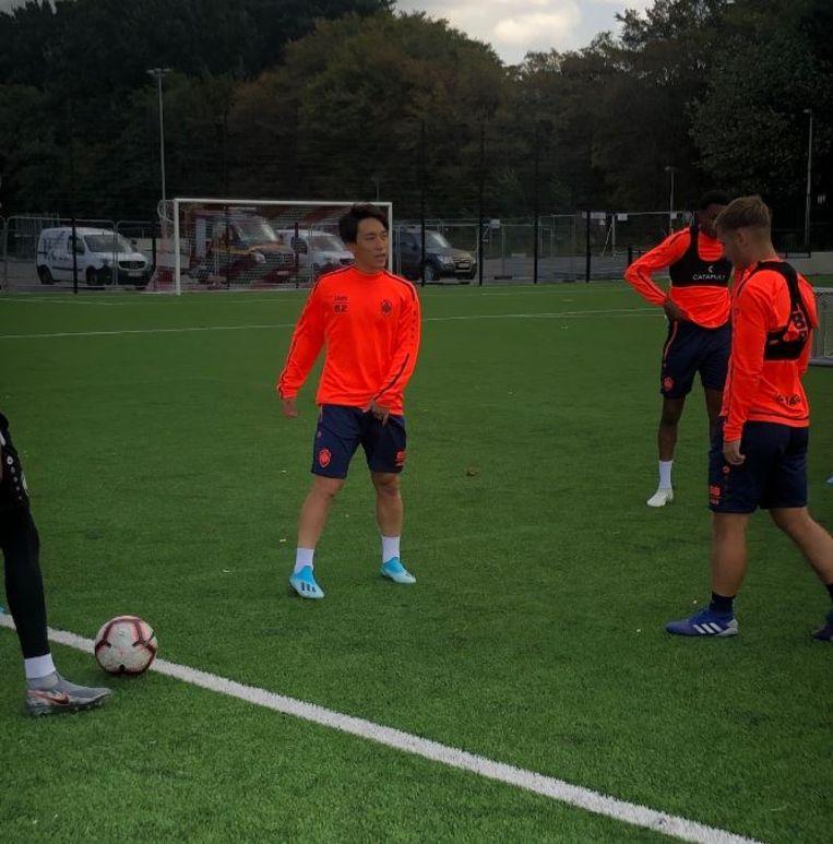 Miyoshi op training bij de beloften van Antwerp.