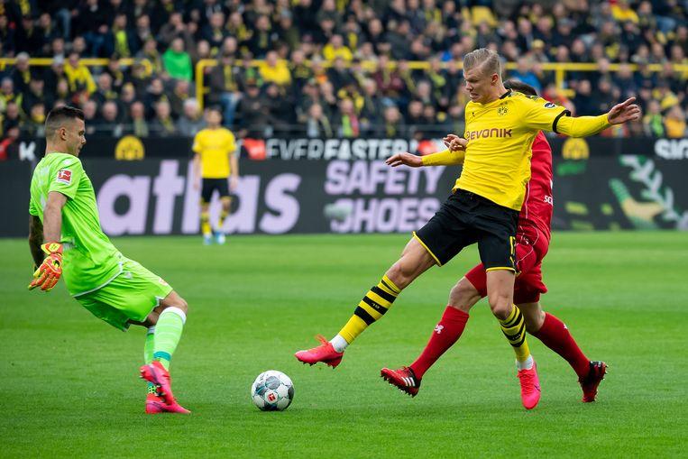 Haaland (rechts) tijdens de wedstrijd van Dortmund tegen 1. FC Union Berlin Beeld Getty Images
