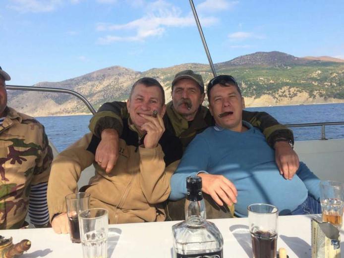 Sergej Doebinski (links), feestend met twee vrienden.