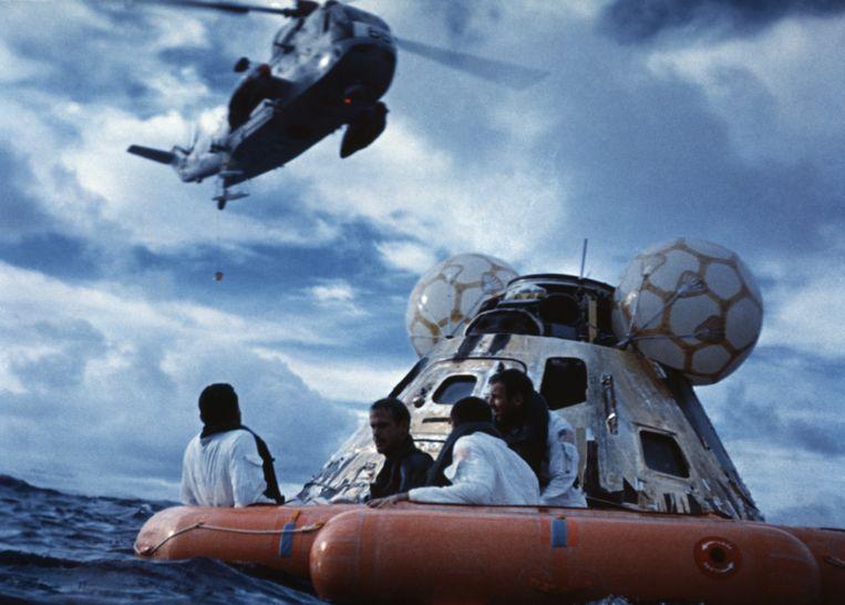Een helikopter haalt de astronauten op na de succesvolle landing in de Stille Oceaan. Beeld Bettmann Archive