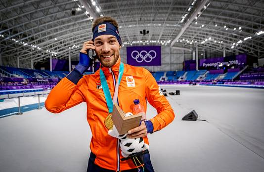 Kjeld Nuis wordt na zijn tweede goud op de 1000 meter gebeld door premier Mark Rutte.