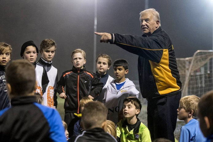 Arnold de Reus geeft al bijna een halve eeuw richting aan het jeugdvoetbal bij VVO. foto Gerard Burgers