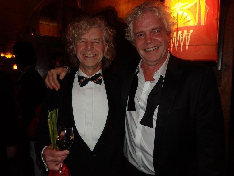 Regisseur Marc Waltman (zonder drank) tegen scenarioschrijver Lars Boom (met drank): 'Heb jij al drank in je handen?' Beeld Schuim