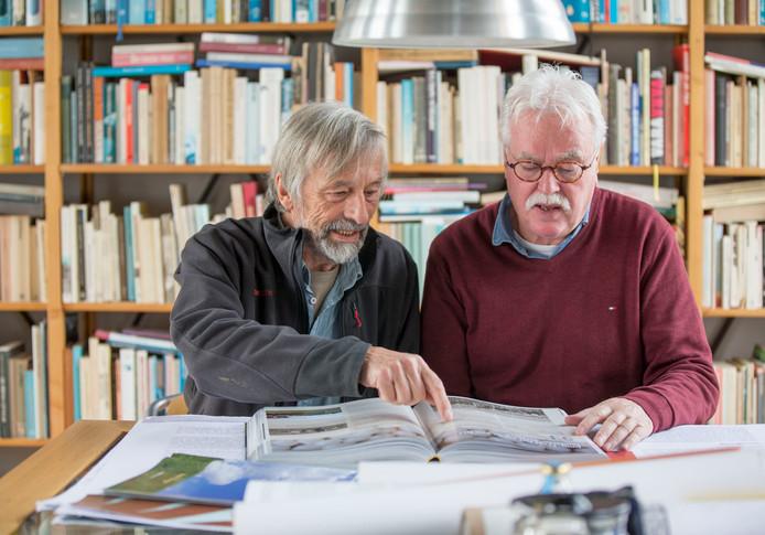 Schrijver Kees Slager (links) en uitgever Matty Verkamman met hun nieuwe boek De geschiedenis van Tholen.