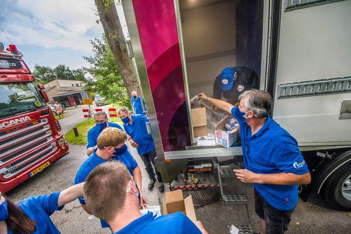 Vrachtwagenchauffeurs brengen ijsjes naar bewoners van De LosserHof