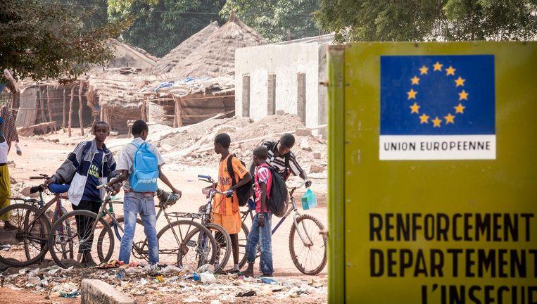 Een bord van de Europese Unie in het straatbeeld van Pakour. Beeld Sven Torfinn