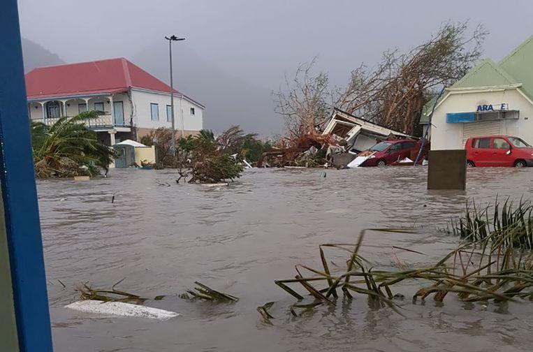 De straten van Saint-Martin, het Franse deel van Sint-Maarten, zijn overstroomd.  Beeld AFP