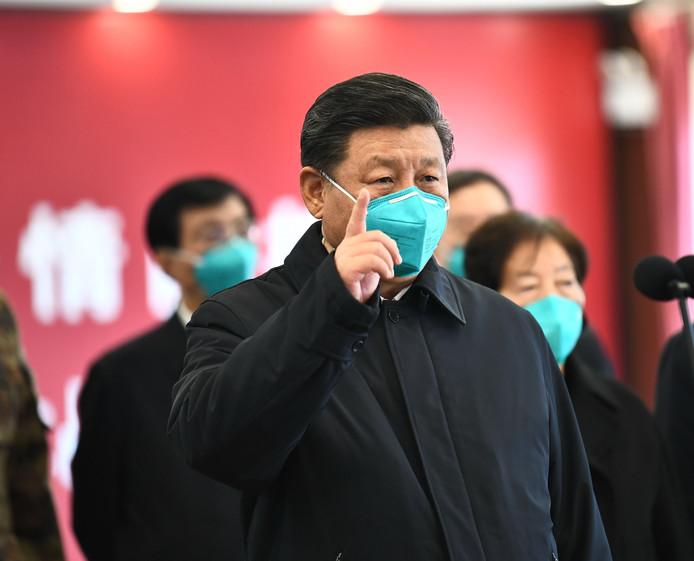 President Xi Jinping bezoekt een ziekenhuis in Wuhan.