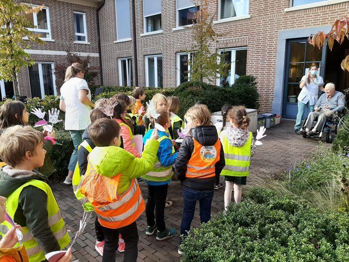 De leerlingen van GO! Basisschool 3D trokken naar het wzc Beukenhof.