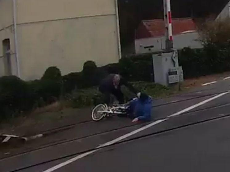 Un chauffeur de bus héroïque sauve une dame âgée d'une mort certaine