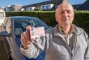 Willem Murre (79) zat sinds medio februari zonder rijbewijs, door de chaos bij het CBR moest hij maanden wachten. Mede dankzij hulp van de door hem gemailde VVD-kamerlid Remco kreeg hij in maart zijn rijbewijs