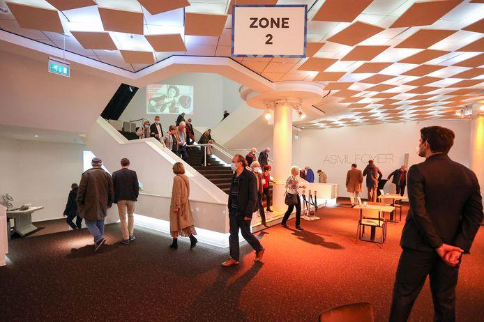 Bezoekers na een muziekuitvoering in het Muziekgebouw in Eindhoven