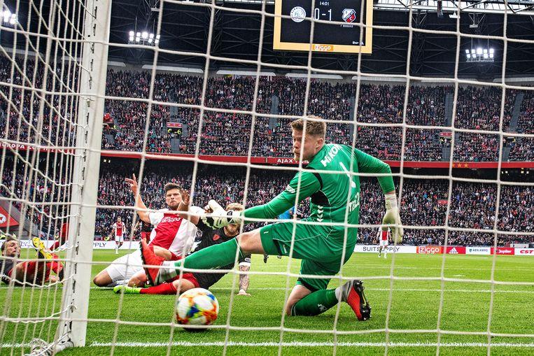 Huntelaar tikt de 1-1 binnen. Beeld Guus Dubbelman / de Volkskrant