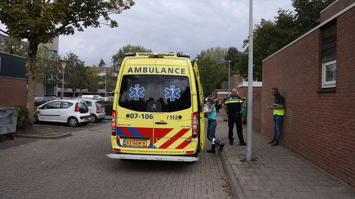 Hulpdiensten zijn druk in de weer na de schietpartij bij het winkelcentrum aan de Terneuzenstraat in Arnhem.