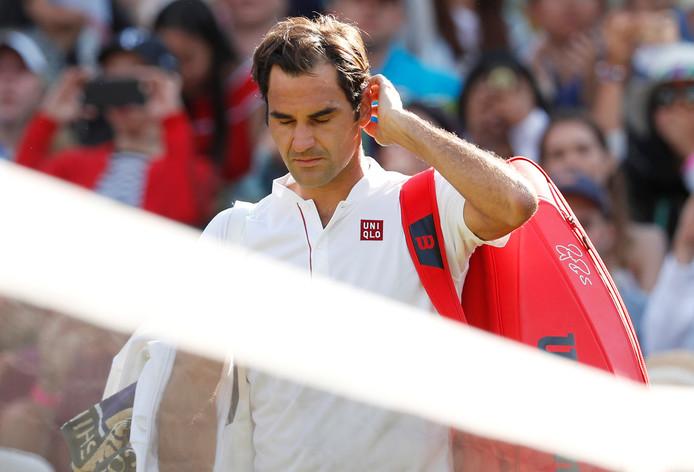 Roger Federer druipt af na zijn verloren kwartfinale tegen Kevin Anderson.