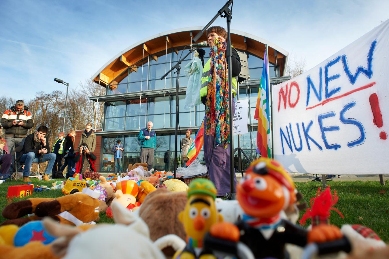 Een van de laatste demonstraties tegen de opslag van kernwapens op Volkel in 2015. Ook tijdens de recente Luchtmachtdagen werd door een klein clubje geprotesteerd.