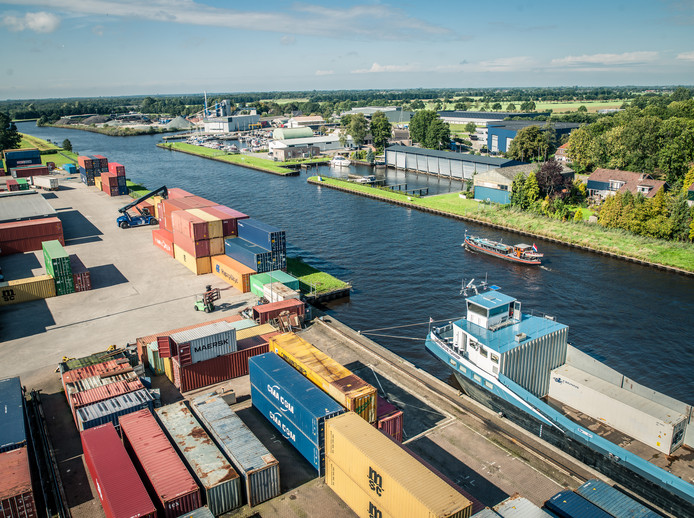 Containeroverslag in de haven van Meppel