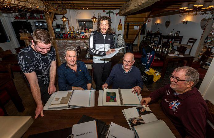 Jelle van de Ven, Hans van Kroonenburg, Tommie Groenen, Harrie Klessens en Ben van den Berk bladeren door de historie van veertig jaar tonpraten in Wintelre.